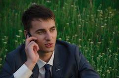 Conversa de Buisnessman pelo telefone celular Foto de Stock