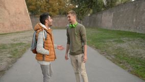 Conversa de dois amigos vídeos de arquivo