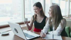 Conversa de duas mulheres de negócio sobre o trabalho no café filme