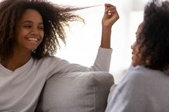 Conversa de sorriso do adolescente com a mamã nova que relaxa em casa fotos de stock royalty free