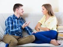 Conversa do homem e da jovem mulher Imagem de Stock