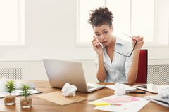 Conversa do negócio, mulher furioso que fala no telefone foto de stock royalty free