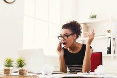 Conversa do negócio, mulher furioso que fala no telefone no escritório Foto de Stock