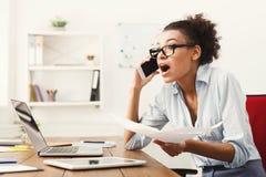 Conversa do negócio, mulher furioso que fala no telefone no escritório Foto de Stock Royalty Free