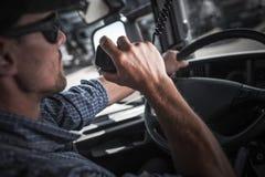Conversa do rádio dos CB do camionista fotografia de stock