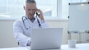 Conversa do telefone pelo doutor no trabalho filme