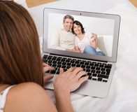 Conversa do vídeo da jovem mulher Imagens de Stock
