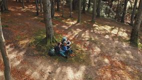 Conversa dos amigos como descansando vídeos de arquivo