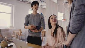 Conversa dos colegas da raça misturada ao chefe fêmea Os trabalhadores milenares felizes sorriem e encontram o CEO no espaço de e vídeos de arquivo