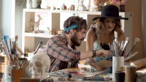 Conversa dos pintores sobre cores video estoque