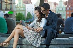 Conversa feliz dos pares Imagens de Stock Royalty Free