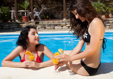 Conversa no poolside Foto de Stock Royalty Free