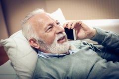 Conversa no telefone celular fotografia de stock royalty free