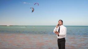 Conversa nova do homem de neg?cios no telefone celular perto do mar filme