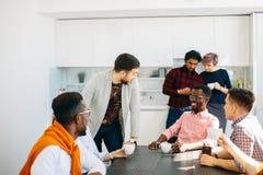 Conversación amistosa entre oficinistas sobre una taza de té Imagen de archivo libre de regalías