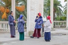 Conversación de cuatro gitanos locales cerca de la columnata imagen de archivo libre de regalías