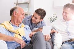 Conversación de fabricación de abuelo con la familia Foto de archivo
