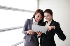 Conversación de la sonrisa de las mujeres de negocios Imágenes de archivo libres de regalías