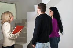 Conversación de las propiedades inmobiliarias con los pares fotografía de archivo libre de regalías