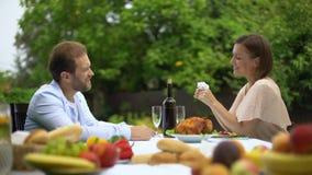 Conversación de pares mientras que cena, talento culinario de las esposas de las alabanzas del marido metrajes