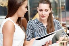 Conversación del negocio entre los colegas femeninos Imagen de archivo libre de regalías
