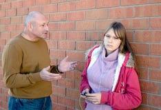 Conversación del padre con el niño. Foto de archivo