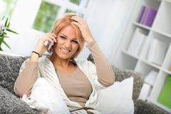 Conversación desagradable sobre el teléfono Fotografía de archivo