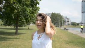 Conversación emocional de una muchacha hermosa con el pelo rizado almacen de metraje de vídeo