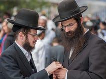 Conversación entre dos judíos jasídicos Fotos de archivo libres de regalías