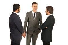 Conversación feliz de los hombres de negocios foto de archivo