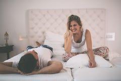 Conversación feliz de los pares en cama fotografía de archivo libre de regalías