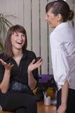 Conversación feliz en oficina imagenes de archivo