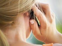 Conversación por un teléfono móvil Imagen de archivo