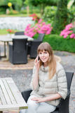 Conversación telefónica Muchacha studient joven hermosa feliz con el teléfono elegante blanco al aire libre el día de fiesta que  Imágenes de archivo libres de regalías