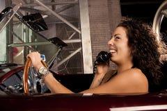 Conversación telefónica retra del coche Fotografía de archivo
