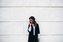 Conversación triste Muchacha negra en el fondo blanco fotos de archivo libres de regalías