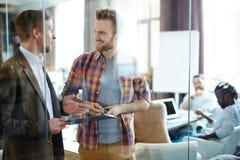 Conversación de hombres de negocios Foto de archivo libre de regalías