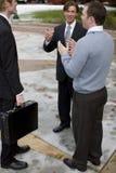 Conversación del asunto con sonrisas y gesto de mano Foto de archivo