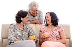 Conversación hermosa de las mujeres en casa Imagenes de archivo