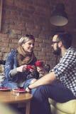 Conversation agréable au-dessus de café Photo stock