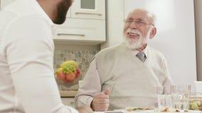 Conversation amicale entre deux hommes pendant un dîner de famille clips vidéos
