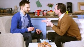 Conversation animée entre le jeune homme et son futur beau-père clips vidéos