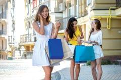 Conversation avec son amant à un téléphone portable Se tenir de trois filles Images libres de droits