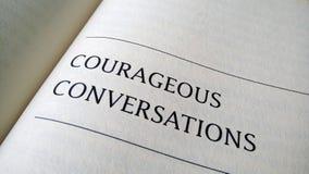 Conversation courageuse imprimée sur un livre Photographie stock libre de droits
