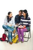 Conversation d'étudiants dans la salle de classe Photos libres de droits