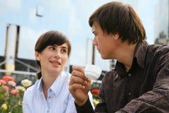 Conversation d'affaires derrière une cuvette de café photo libre de droits
