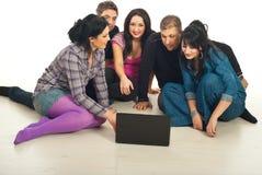 Conversation d'amis avec l'ordinateur portatif Images stock