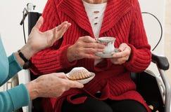 Conversation de femmes plus âgées Photos stock