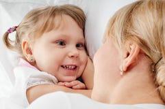 Conversation de fille de mère Photos stock