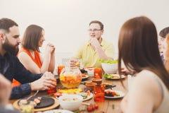 Conversation de Firendly à la table de dîner de fête Photos stock